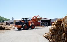 重機による木材運搬